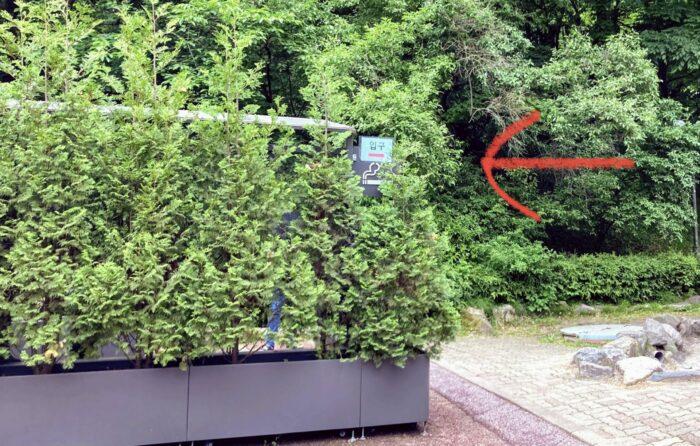 흡연실은 숲으로 위장되어있어 잘 찾아야 합니다.